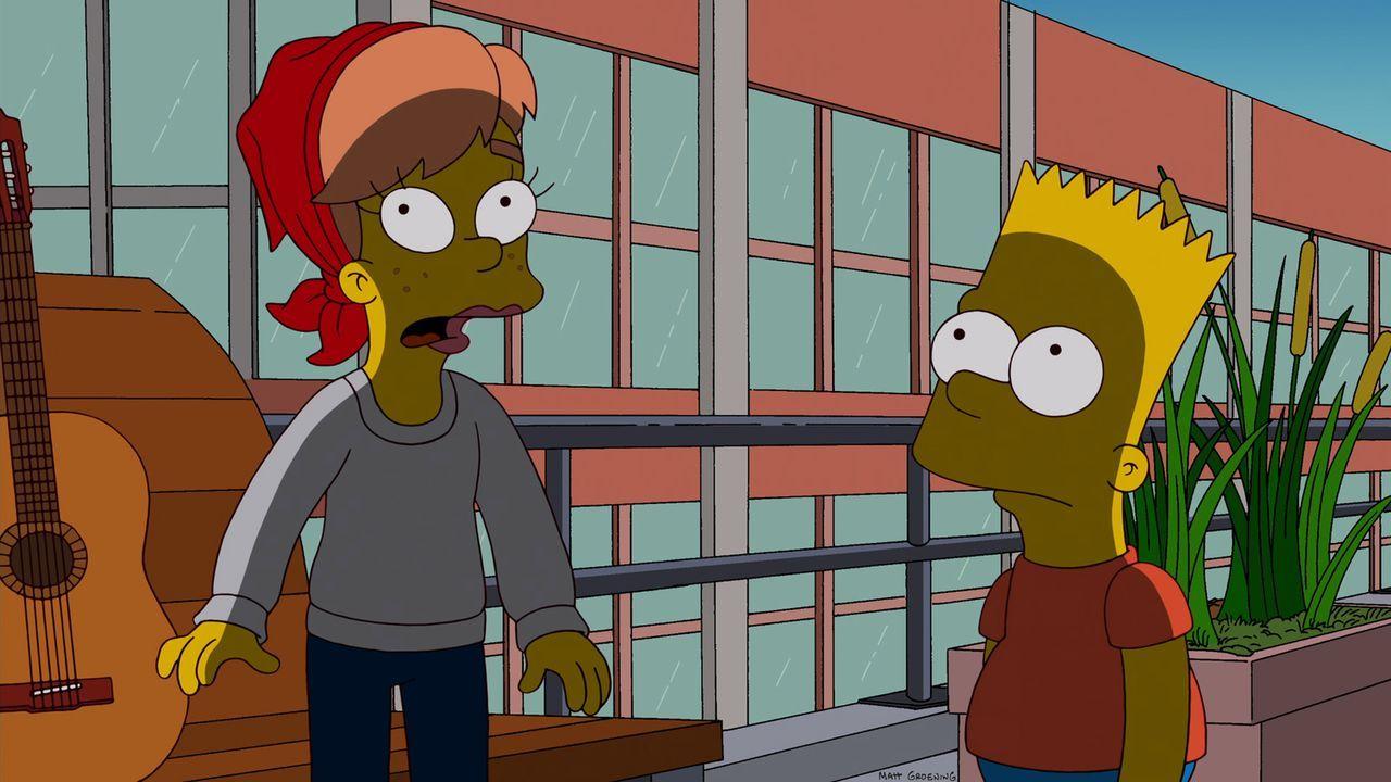 Während Marge und Lisa verzweifelt versuchen, für wenig Geld kulturelle Erlebnisse in New York zu feiern, erfährt Bart (r.) von  Mary (l.), dass er... - Bildquelle: 2012-2013 Fox and its related entities. All rights reserved