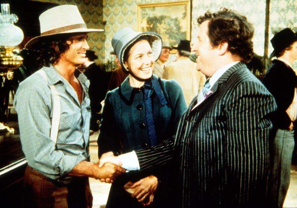 Arnie Cupps (James Gallery, r.) begrüßt seine früheren Mitschüler Caroline (Karen Grassle, M.) und Charles (Michael Landon, l.) beim Klassentreffen.... - Bildquelle: Worldvision