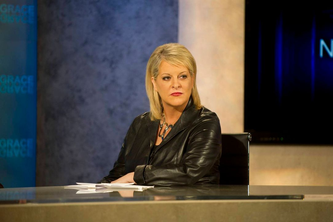 Jane tritt in der Talkshow von Nancy Grace (Nancy Grace) gegen den berühmten Anwalt Lawrence Brand an. - Bildquelle: 2012 Sony Pictures Television Inc. All Rights Reserved.