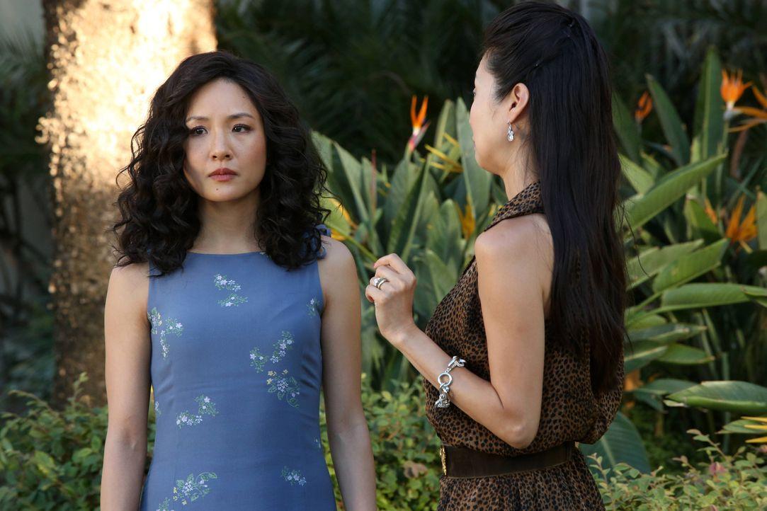 Jessica (Constance Wu, l.) muss ihrer Schwester Connie (Susan Park, r.) vorgaukeln, dass ihr Restaurant gut läuft und dass sie sehr erfolgreich sind... - Bildquelle: 2015 American Broadcasting Companies. All rights reserved.