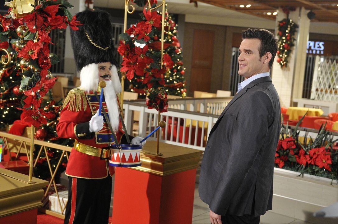 Eigentlich wollten Pete (Eddie McClintock) und Myka Weihnachten mit ihren Familien feiern. Doch ein neuer Fall kommt ihnen in die Quere: In Los Ange... - Bildquelle: Steve Wilkie SCI FI Channel