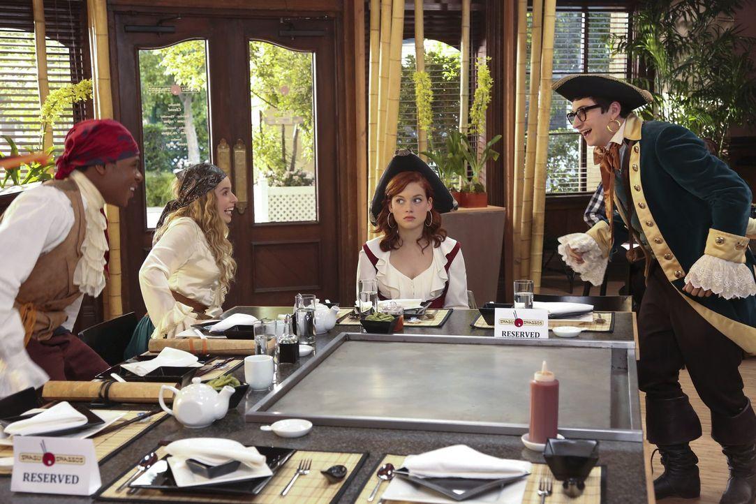 Ein ganz besonderer Abend wartet auf Tessa (Jane Levy, 2.v.r.), Evan (Sam Lerner, r.), Malik (Maestro Harrell, l.) und Lisa (Allie Grant, 2.v.l.) ... - Bildquelle: Warner Bros. Television