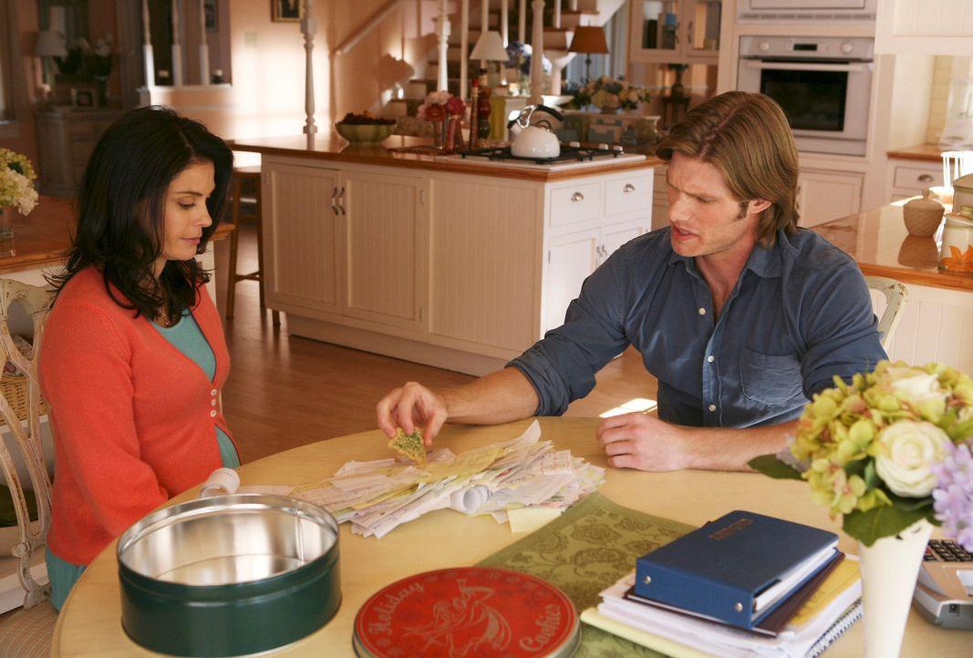 Zwei Wochen nach dem Tornado ist Mike immer noch in der Entzugsklinik und Susan (Teri Hatcher, l.) bekommt Besuch von ihrem Cousin Tim (Chris Carmac... - Bildquelle: ABC Studios