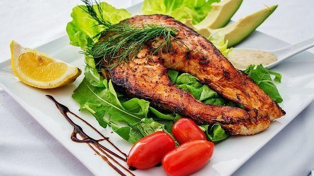 Einfach lecker: Gebratenes Lachssteak auf frischem Salat.