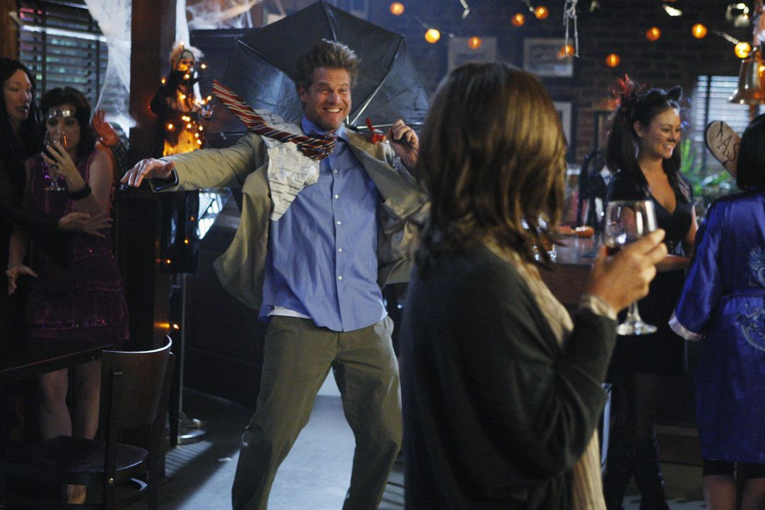 Amüsieren sich auf Graysons Halloween-Party: Bobby (Brian Van Holt, M.l.) und Laurie (Busy Philipps, M.r.) ... - Bildquelle: 2010 ABC INC.