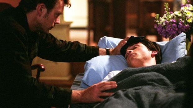 Nachdem kurze Zeit später Clark (Tom Welling, r.) ebenfalls Symptome der räts...