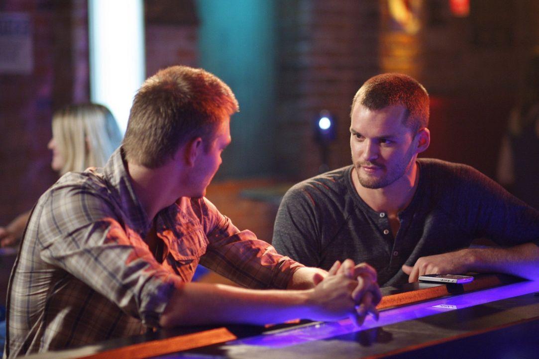 """Wird Lucas (Chad Michael Murray, l.) das Angebot von Regisseur Julian (Austin Nichols, r.) annehmen? Er möchte gerne sein erstes Buch """"Ravens"""" verfi... - Bildquelle: Warner Bros. Pictures"""