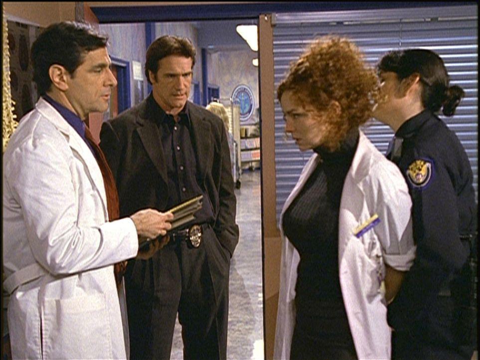 Beim Techtelmechtel mit Dr. Ward (Robin Thomas, l.) wird Jill (Brigid Conley Walsh, 2.v.r.) von Steven (Barry Van Dyke, 2.v.l.) wegen Mordverdachts... - Bildquelle: Viacom