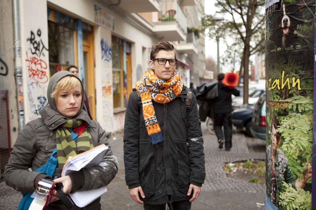 Nimmt Emma (Kasia Borek, l.) Hotte (Dennis Schigiol, r.) ernst als er seine Traumfrau auf einem Plakat entdeckt? - Bildquelle: SAT.1