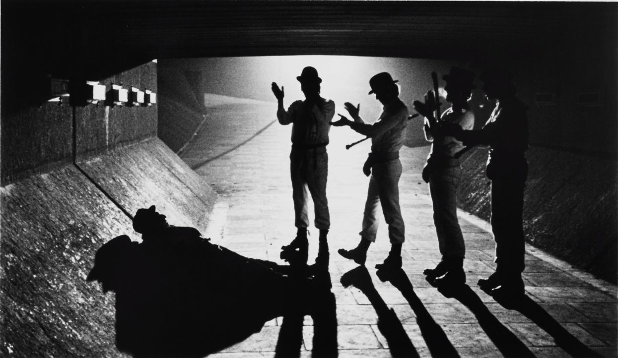 Nachts zieht Alex mit den gleichaltrigen Rowdys Pete, Georgie und Dim durch die Vororte einer englischen Stadt, um irgendwelche Menschen zu überfall... - Bildquelle: Warner Bros. Television