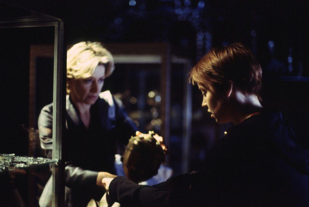 """""""Hagen aber nahm entschlossen den Schatz an sich ..."""": Ariane (Floriane Daniel, r.) und Marlene (Tatjana Blacher, l.) können einen Teil des Nibelung... - Bildquelle: Kerstin Stelter ProSieben"""