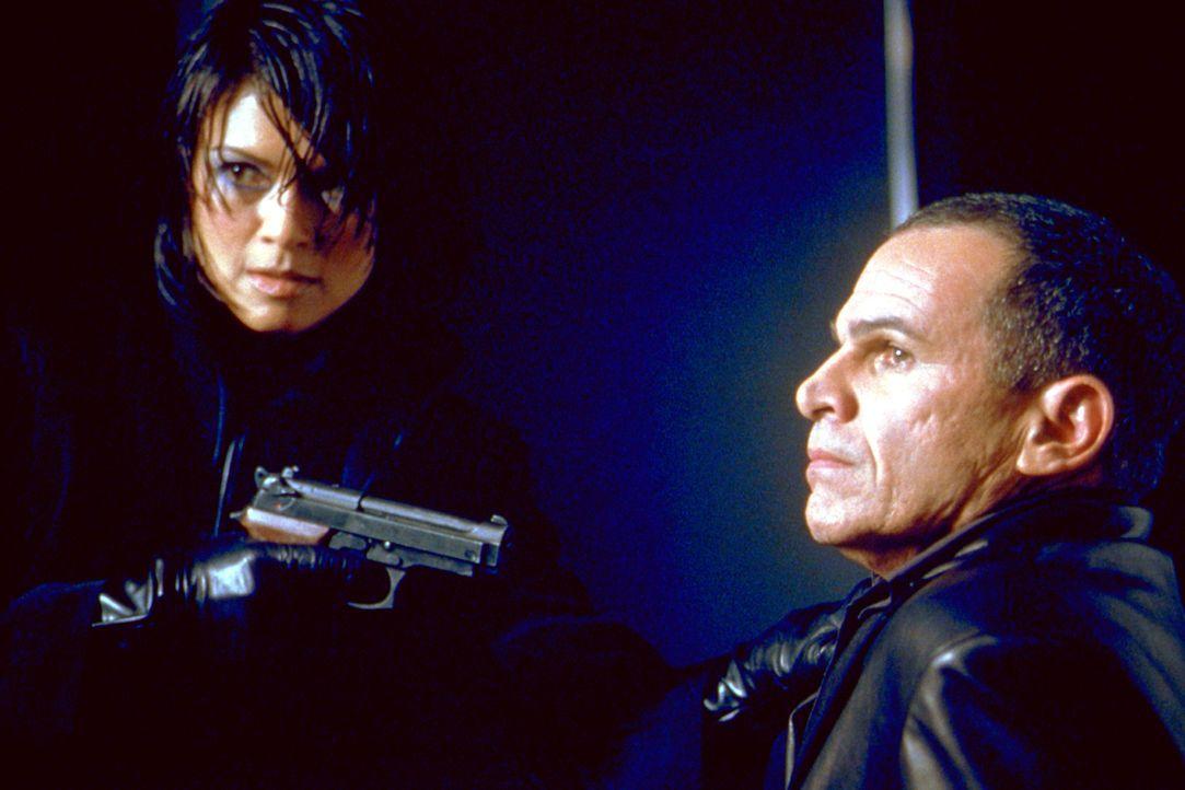 49er Six (Nia Peeples, l.) kennt keine Angst. Aber Chef-Gefängniswärter El Fuego (Tony Plana, r.) auch nicht ... - Bildquelle: 2003 Sony Pictures Television International. All Rights Reserved.