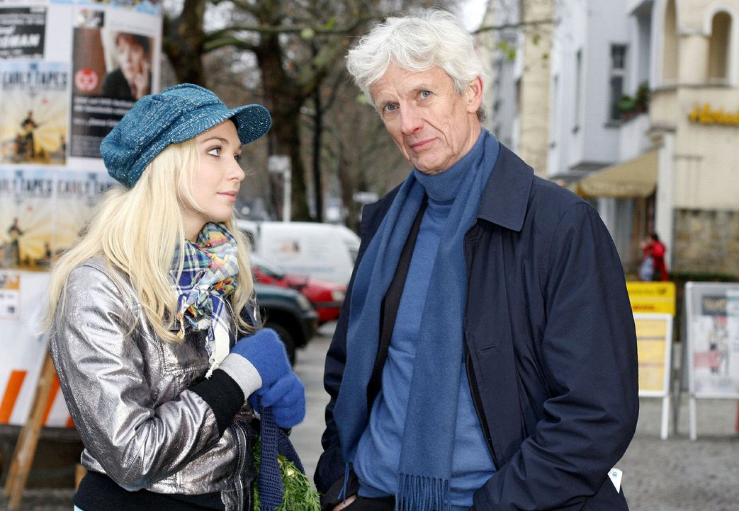 Lily (Jil Funke, l.) trifft auf den bekümmerten Robert (Mathieu Carrière, r.). - Bildquelle: Noreen Flynn Sat.1