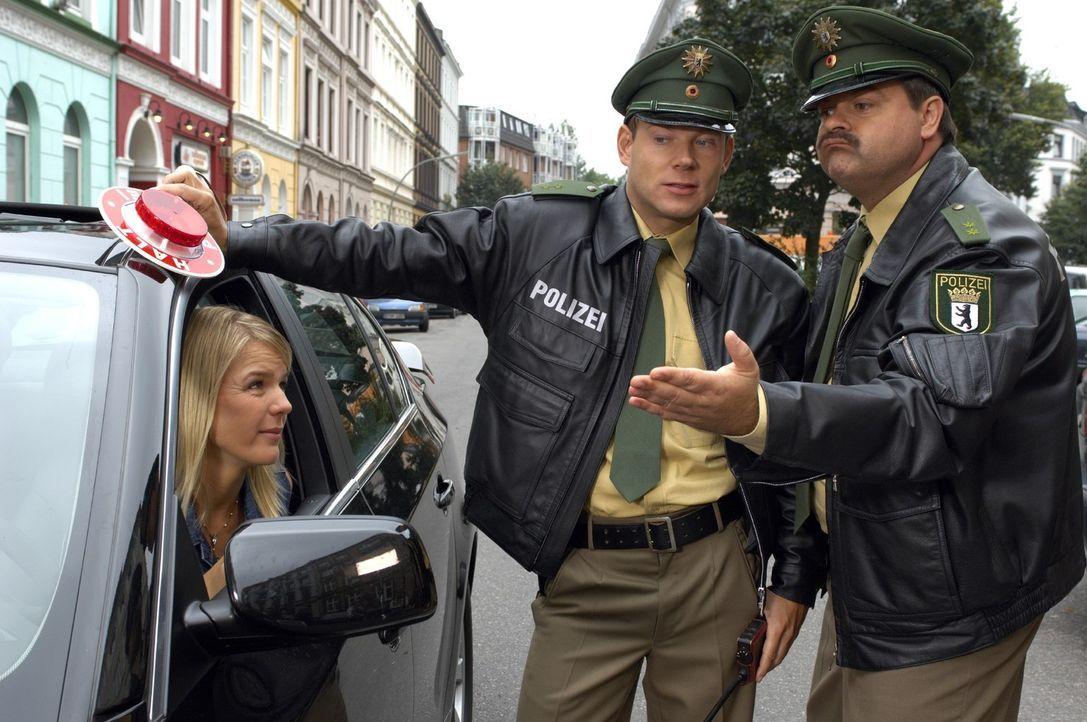 Die beiden Polizisten Mathias (Mathias Schlung, M.) und Markus (Markus Majowski, r.) haben an Mirjas (Mirja Boes, l.) Auto vieles zu bemängeln, abe... - Bildquelle: Sat.1