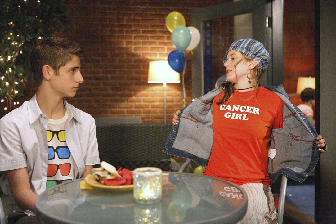 Josh (Jean-Luc Bilodeau, l.) ist schockiert und mit der Situation überfordert: Andy (Magda Apanowicz, r.) gesteht ihm, dass sie Krebs hat. - Bildquelle: TOUCHSTONE TELEVISION