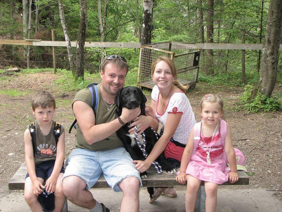 Michael Zerbst (2.v.l.) und seine Frau Elena (2.v.r.) haben genug von Deutschland. Gemeinsam mit ihren beiden Kindern Maximilian (l.) und Antonia (r... - Bildquelle: kabel eins