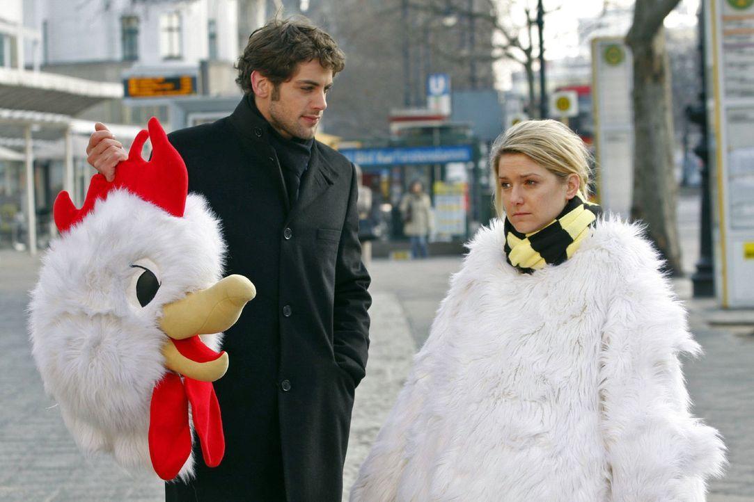 """Mit seiner Konfrontationstherapie fordert Jonas (Roy Peter Link, l.) Anna (Jeanette Biedermann, r.) einiges ab: Sie soll als """"Chicken"""" verkleidet Pa... - Bildquelle: Claudius Pflug Sat.1"""