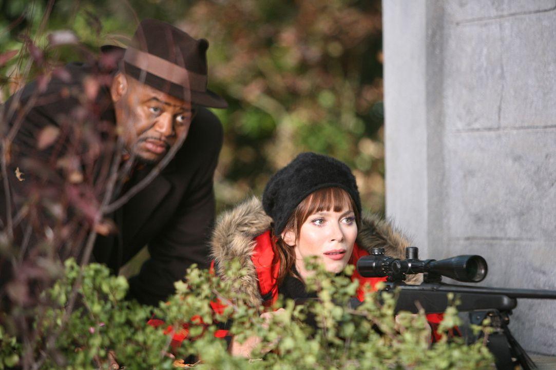 Chuck (Anna Friel, r.) und Emerson (Chi McBride, l.) legen sich auf die Lauer - wer ist für Chucks Vater gestorben? - Bildquelle: Warner Brothers