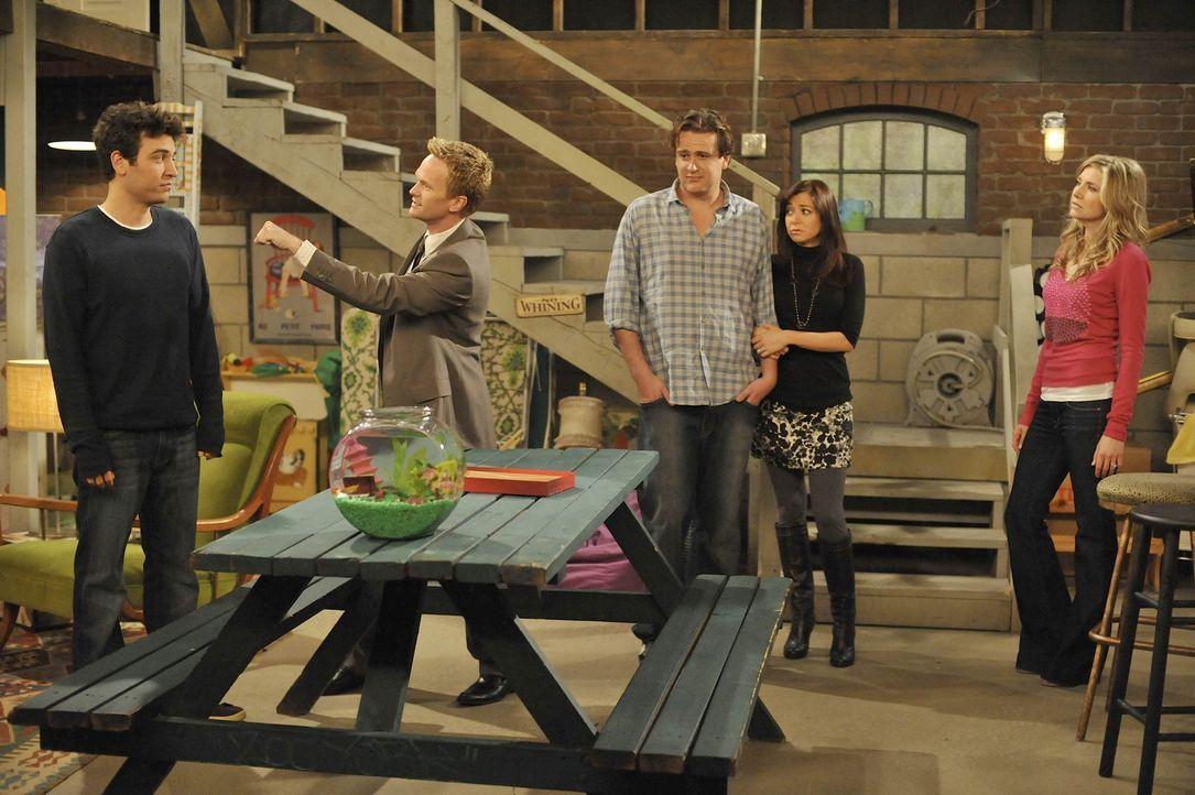 Ted (Josh Radnor, l.) überredet seine Freunde Barney (Neil Patrick Harris, 2.v.l.), Lily (Alyson Hannigan, 2.v.r.), Robin, Marshall (Jason Segel, M... - Bildquelle: 20th Century Fox International Television