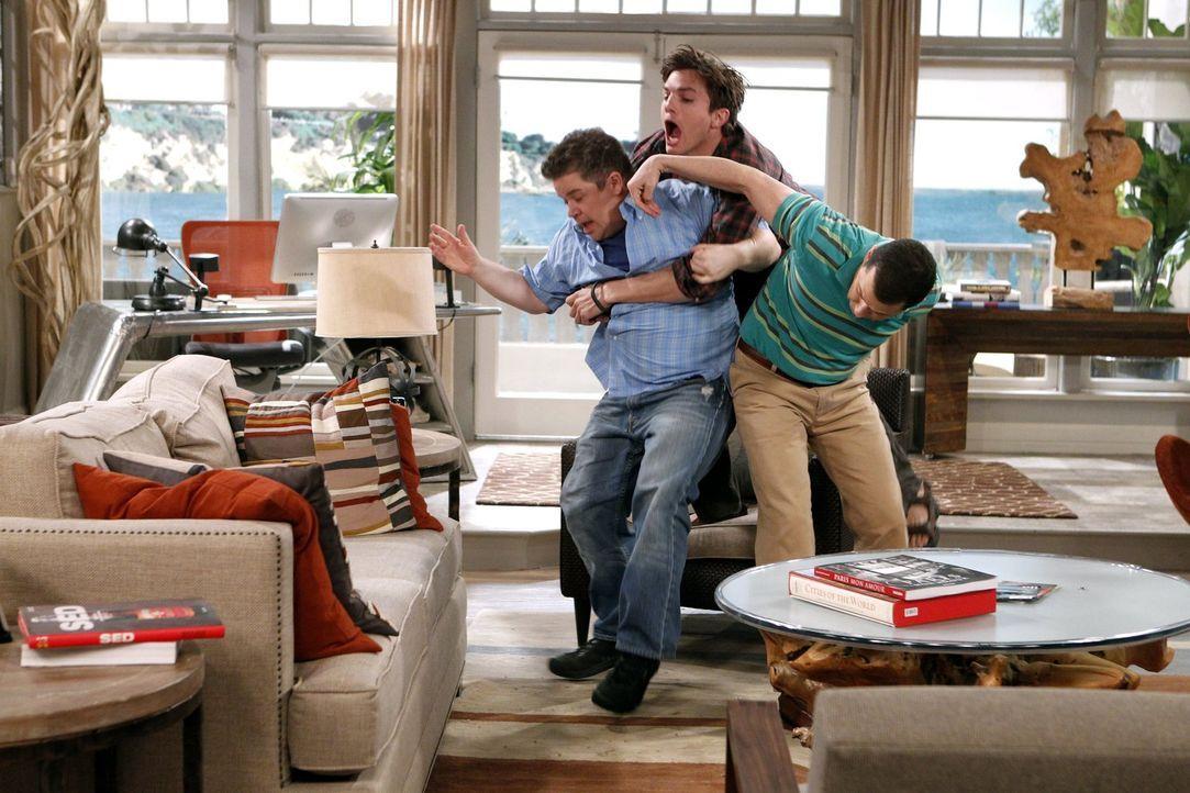 Waldens (Ashton Kutcher, M.) ehemaliger Geschäftspartner Billy (Patton Oswalt, l.), mit dem er sich zerstritten hatte, nimmt Kontakt mit ihm auf, we... - Bildquelle: Warner Brothers Entertainment Inc.
