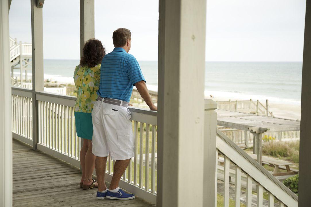 Um endlich einen Ort zu haben, an dem die ganze Familie ihre Batterien wieder aufladen kann, suchen Laura (l.) und John (r.) ein Haus am Strand ... - Bildquelle: 2013,HGTV/Scripps Networks, LLC. All Rights Reserved