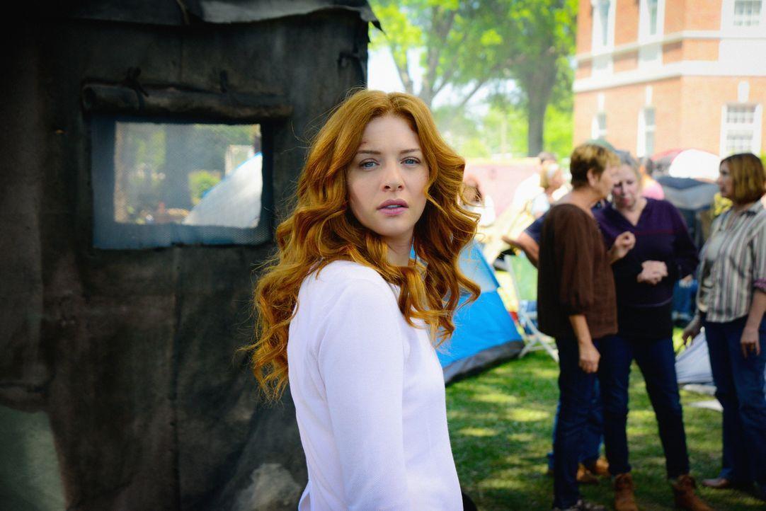 Nach und nach muss sich auch Julia (Rachelle LeFevre) eingestehen, dass ihre ehemaligen Freunde nicht mehr diejenigen sind, die sie mal waren ... - Bildquelle: Brownie Harris 2015 CBS Studios Inc.