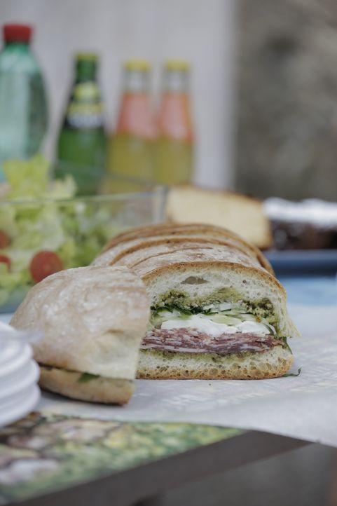 Ein leckeres Sandwich mit Salami und einem selbstgemachten Pesto ist der perfekte Snack zum gemeinsamen Boccia Spiel ... - Bildquelle: 2015,Television Food Network, G.P. All Rights Reserved