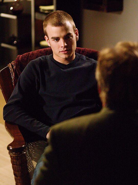 Simon (David Gallagher, l.) befürchtet, sich nach einem One-Night-Stand eine Geschlechtskrankheit eingefangen zu haben. Eric (Stephen Collins, r.) s... - Bildquelle: The WB Television Network