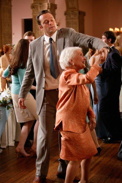 Wieder einmal hat sich Jeremy (Vince Vaughn, l.) bei einer Hochzeit eingeschlichen. Da lernt er die attraktive Brautjungfern Gloria Cleary kennen ... - Bildquelle: Warner Bros. Television