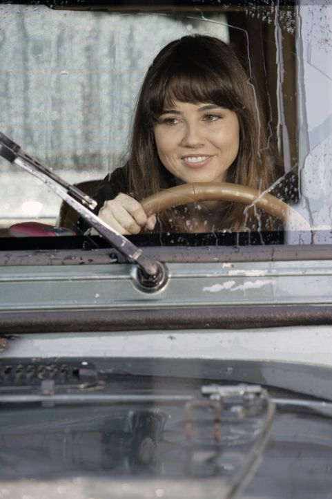 Sam (Linda Cardellini) ist überglücklich, denn sie hat  zum Geburtstag einen Ford Mustang geschenkt bekommen ... - Bildquelle: Warner Bros. Television
