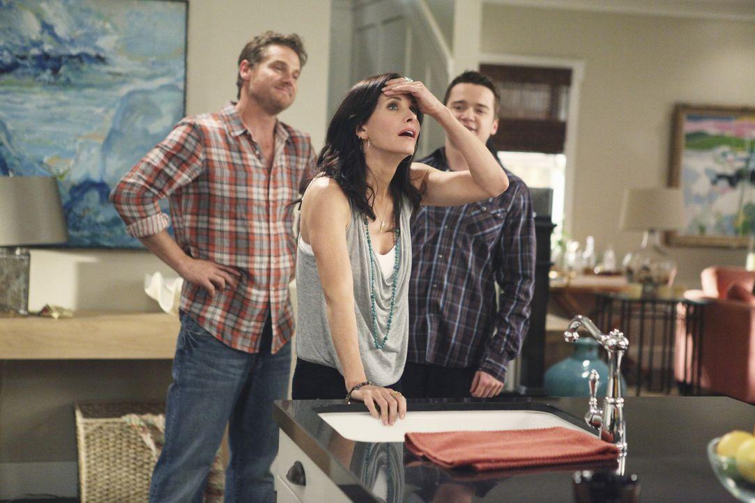 Jules (Courteney Cox, M.) ist verzweifelt, ihren Sohn ziehen zu lassen. Sie hat Angst vor der Einsamkeit, denn Travis (Dan Byrd, r.) war derjenige,... - Bildquelle: 2009 ABC INC.