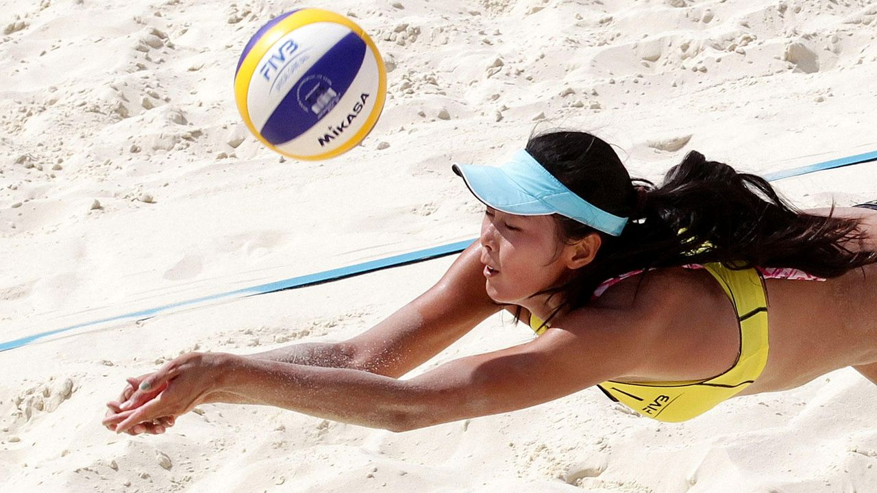 Beachvolleyballspielerinnen in Action - Bildquelle: dpa