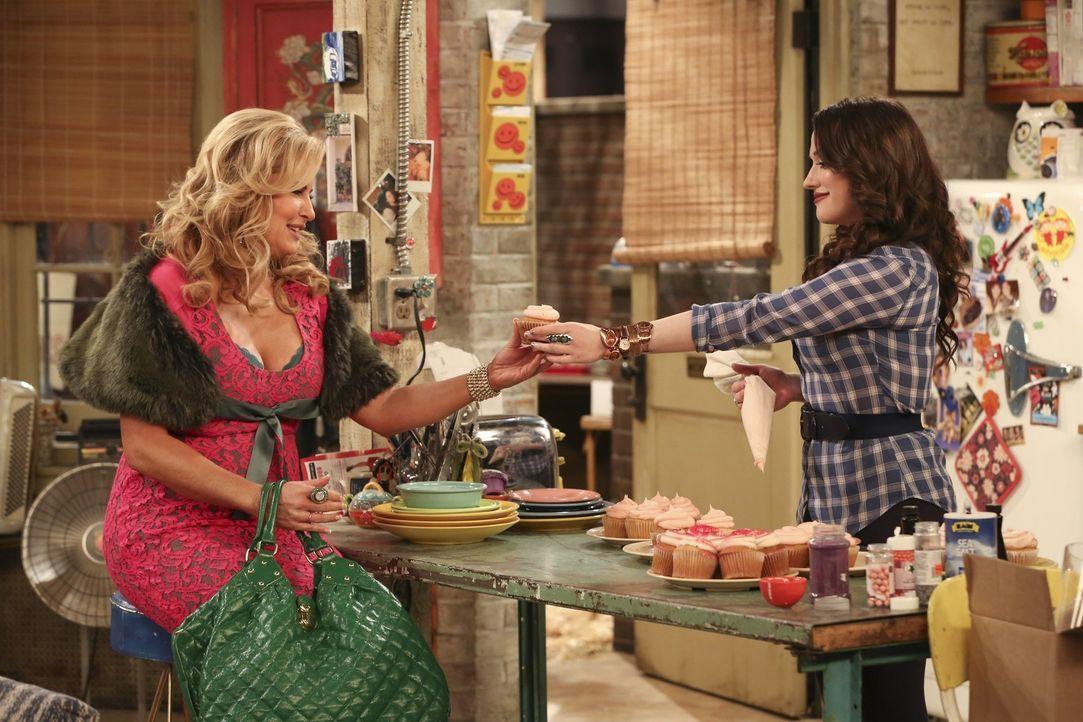 Selbst die köstlichen Cupcakes von Max (Kat Dennings, r.) kann Sophie (Jennifer Coolidge, l.) nicht beruhigen. Ein Mann hat sie versetzt! Das läss... - Bildquelle: Warner Bros. Television