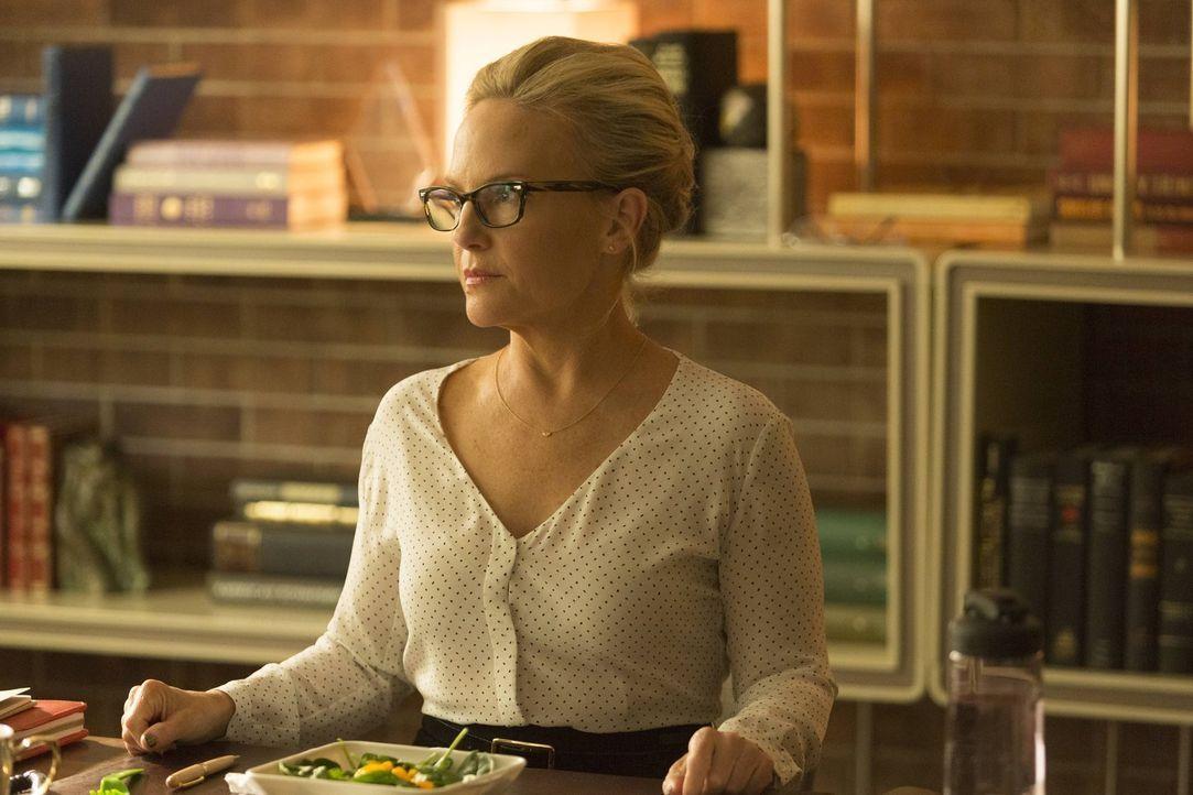 Linda (Rachael Harris) gibt Maze einen Ratschlag, der ihr helfen soll, besser mit ihren Mitmenschen zurecht zu kommen. Unterdessen stattet Amenadiel... - Bildquelle: 2016 Warner Brothers