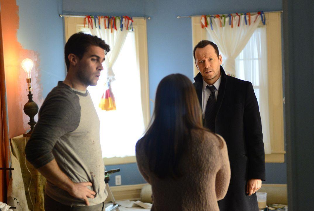 Das Ehepaar Mike (Josh Segarra, l.) und Stephanie Rose (Rose Hemingway, M.) wird aus dem Hinterhalt von Jugendlichen attackiert. Schnell ist klar, d... - Bildquelle: 2013 CBS Broadcasting Inc. All Rights Reserved.