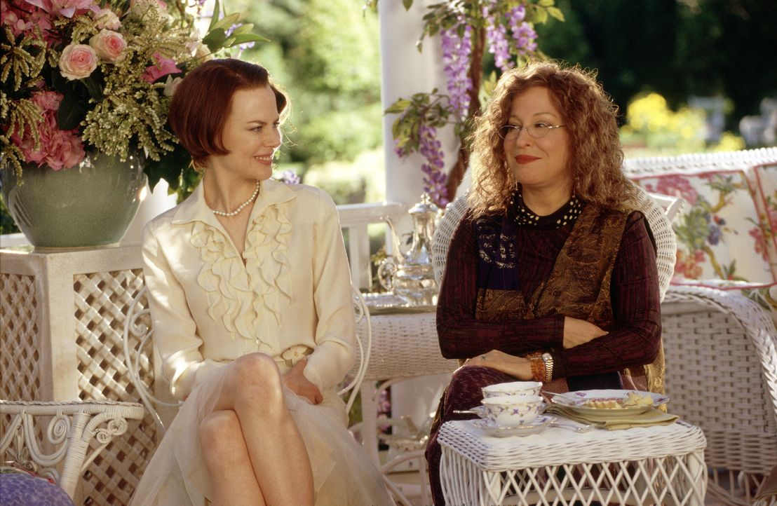 Bobbie (Bette Midler, r.) und Joanne (Nicole Kidman, l.) sind die einzig normalen Frauen in Stepford. Alle anderen scheinen irgendwie keine eigenen... - Bildquelle: TM & Copyright   2004 by DreamWorks LLC and Paramount Pictures Corporation.  All Rights Reserved.