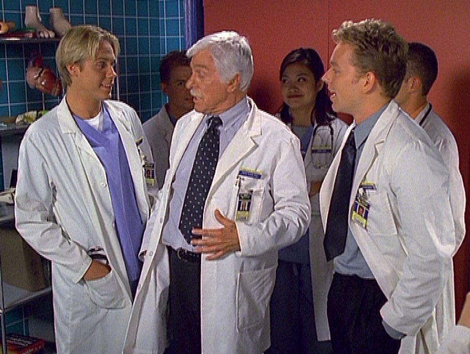 Dr. Mark Sloan (Dick Van Dyke, M.) diskutiert mit seinen Studenten in lockerer Runde über ein medizinisches Problem. - Bildquelle: Viacom