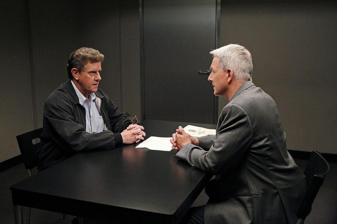 Gibbs (Mark Harmon, r.) und sein Team ermitteln in einem neuen Fall und stoßen dabei auf Vince Westfal (Sam McMurray, l.). Doch hat er etwas damit... - Bildquelle: CBS Television