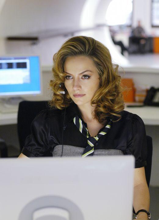 """Amanda (Becki Newton) sitzt am Empfang von """"Mode"""" und sieht in Betty eine Konkurrentin ... - Bildquelle: Buena Vista International Television"""