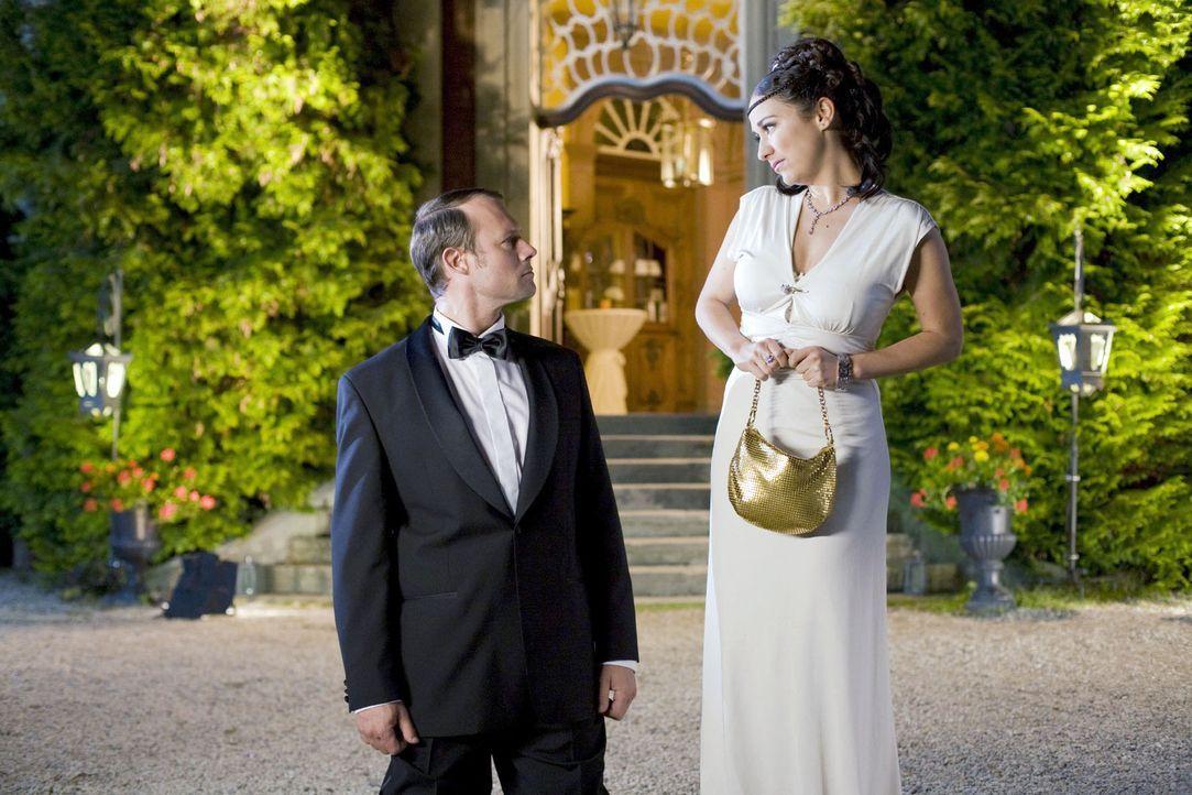 Die Vorbereitung für ein Date ist bei einer Frau (Shirin Soraya, r.) durchaus aufwändiger und dauert länger als beim männlichen Geschlecht. Da kann... - Bildquelle: Guido Engels Sat.1