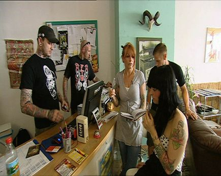 24 Stunden - Die Piek-Asse vom Tattoo-Shop: Jenny B. (M.) und ihr Team ... -...