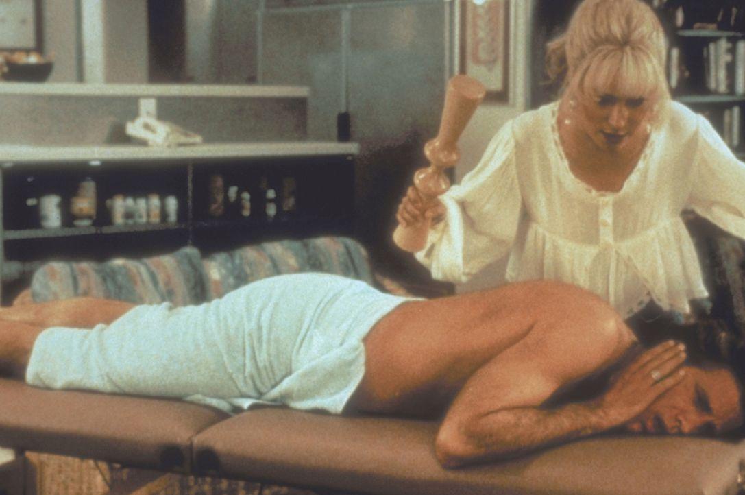 Eines Tages erhält der angeberische Autohändler Hal (Ted Danson) einen folgenschweren Besuch ... - Bildquelle: Warner Bros.