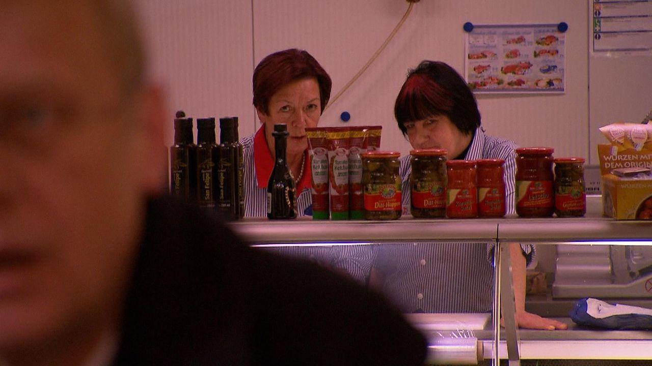 Fleischfachverkäuferin Dagmar (l.) und ihre Kollegen behalten die drei Bewerben genau im Blick, denn sie können ihre Stimme für ihren Wunschkandidat... - Bildquelle: kabel eins