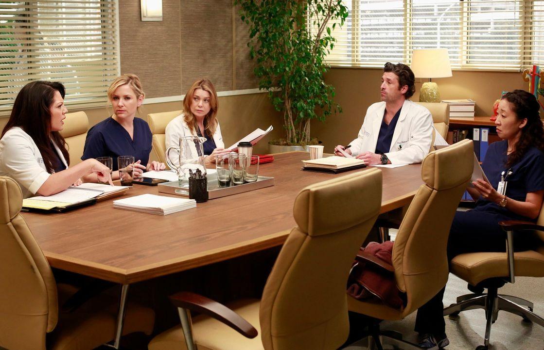 Callie (Sara Ramirez, l.), Arizona (Jessica Capshaw, 2.v.l.), Meredith (Ellen Pompeo, 3.v.l.), Derek (Patrick Dempsey, 2.v.r.) und Christina (Sandra... - Bildquelle: ABC Studios