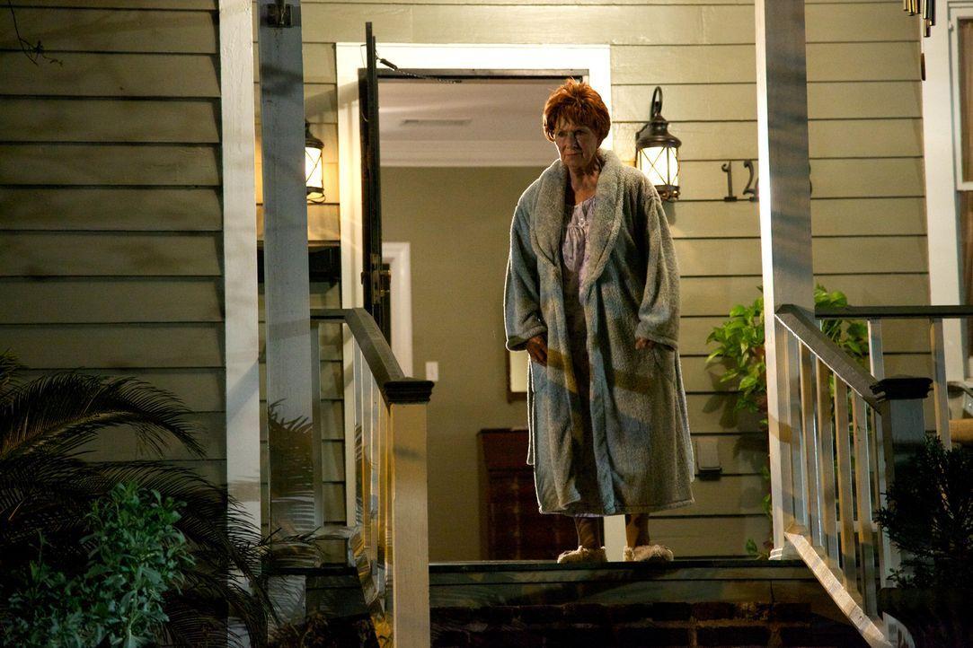 Agnes Whitehead (Marion Ross) ahnt nicht, dass ein gefährliches Monster aus einer Goldmine geflohen ist und nun in der Stadt sein Unwesen treibt. Kö... - Bildquelle: 2013 Panic Investments LLC. All Rights Reserved.