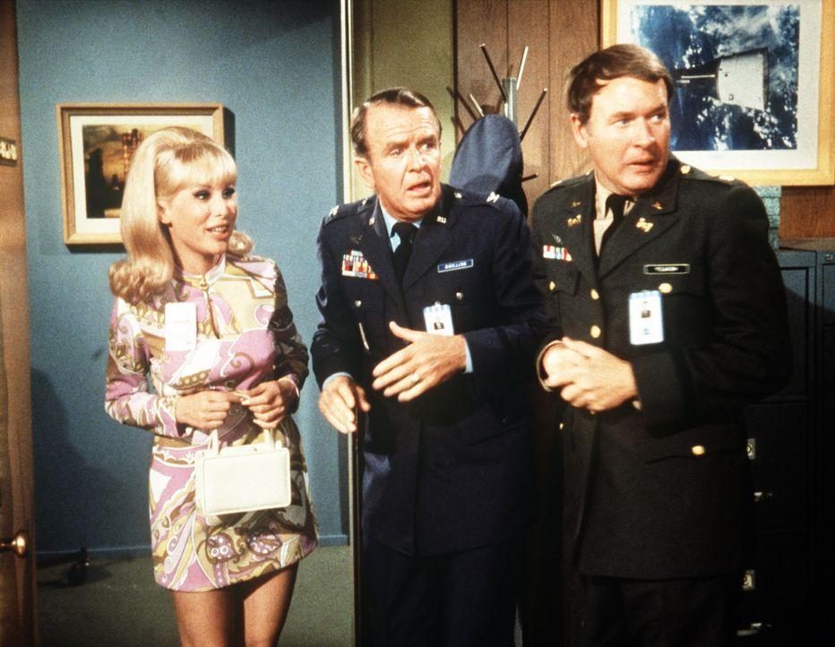 Dr. Bellows (Hayden Rorke, M.) und Roger (Bill Daily, r.) können über die verblüffende Wirkung von Jeannies (Barbara Eden, l.) Schönheitscreme nur staunen ...