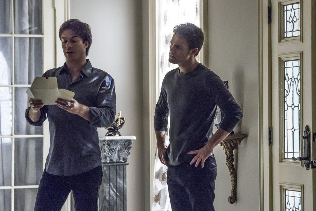 Eine Einladung zeigt Stefan (Paul Wesley, r.) und Damon (Ian Somerhalder, l.), gegen welchen mächtigen Feind sie tatsächlich kämpfen ... - Bildquelle: Warner Bros. Entertainment, Inc.