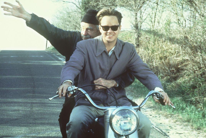 Die Begeisterung für das Motorradfahren ist nicht die einzige Gemeinsamkeit zwischen Albert Einstein (Walter Matthau, l.) und Ed (Tim Robbins, r.)... - Bildquelle: Paramount Pictures