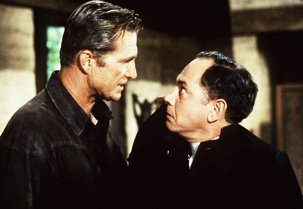 Der Mormone Heber Clawson (Eric Fleming, l.) wirft den bigotten Reverend Parley (Booth Colman, r.) aus seinem Haus. - Bildquelle: Paramount Pictures
