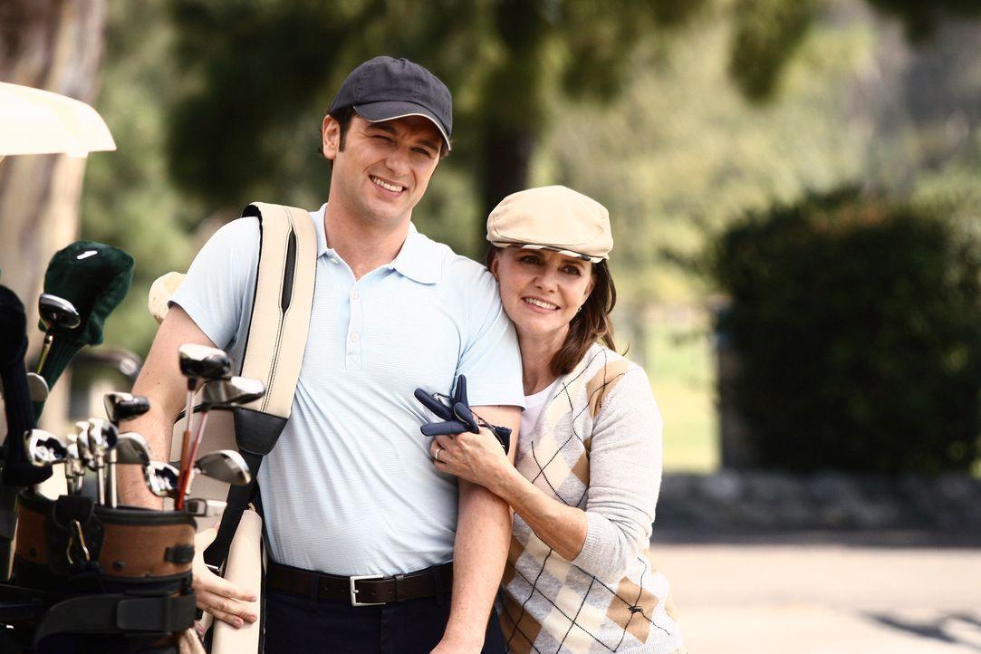 Nehmen gemeinsam an einen Golfpartie teil: Nora (Sally Field, r.) und Kevin (Matthew Rhys, l.) ... - Bildquelle: Disney - ABC International Television